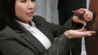 Yuuna Hoshisaki servicig her horny bosses needs