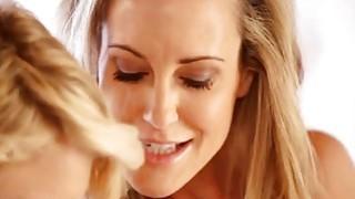 Experienced mom Brandi Love teaches young hottie Dakota Skye got to fingerfuck her pussy