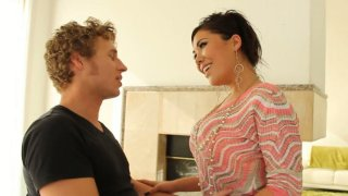Dick sucker London Keyes rides a cock perfectly well